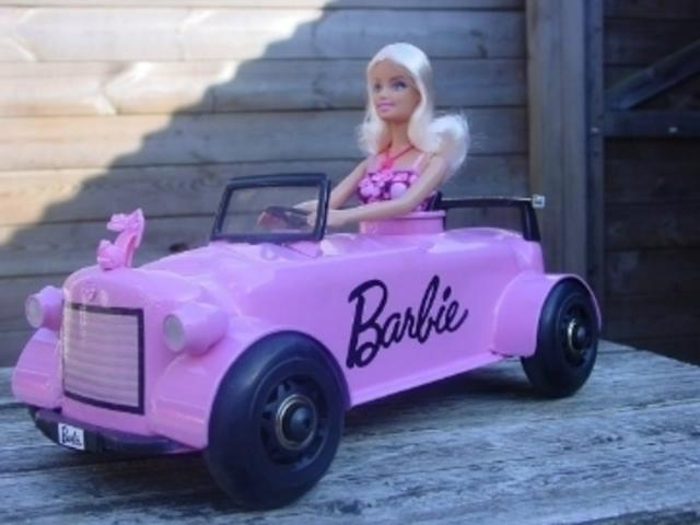 Barbie in haar kleppendekselracer